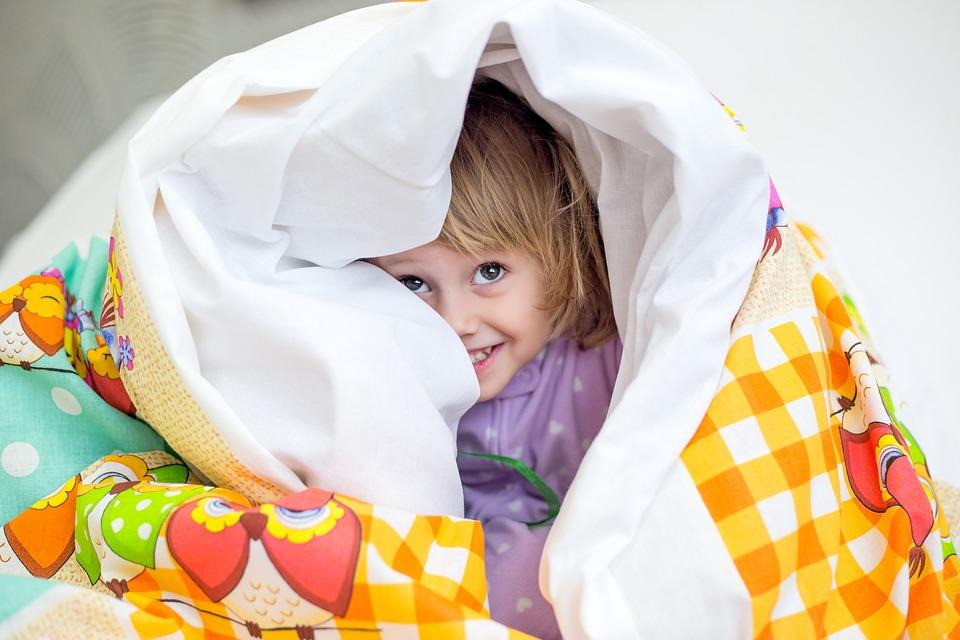 dítě pod peřinou
