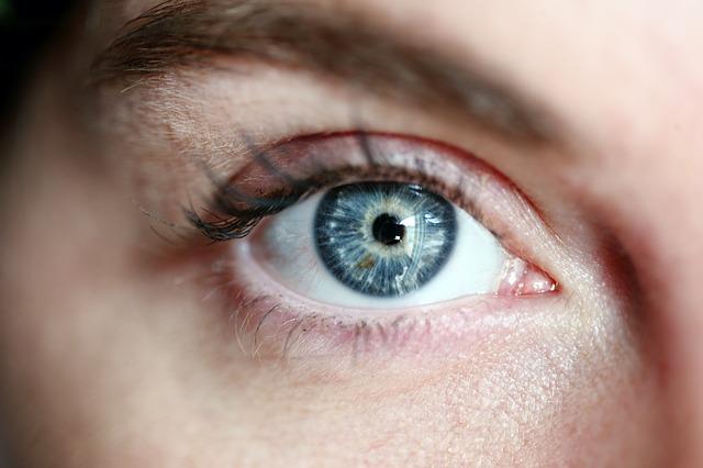 modré oko ženy