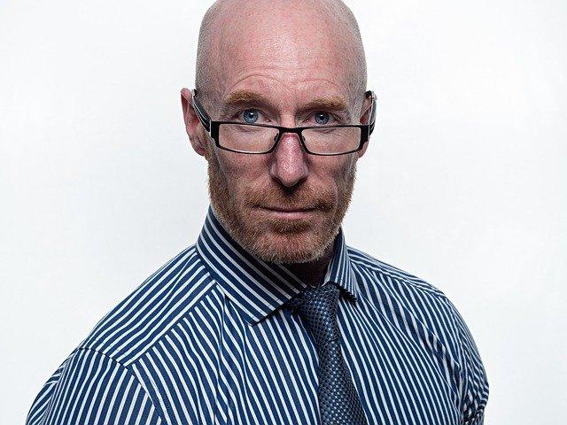 muž s brýlemi na nose