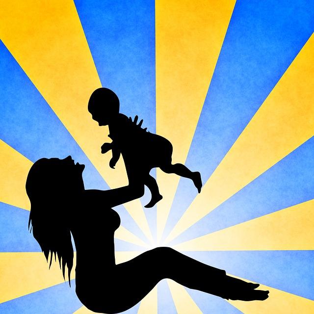 matka si hraje s malým dítětem