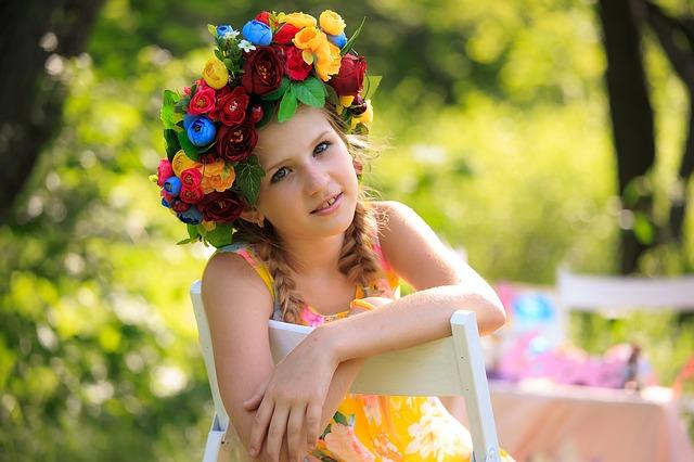 holčička s barevným věncem